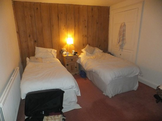 The White Horse Inn: Spacious Bedroom