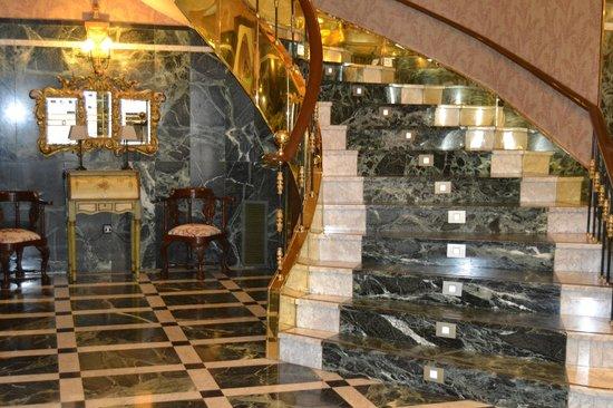 Hotel Zenit Imperial: Escalera del hotel según se entra a él