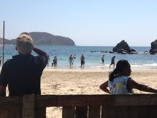 Embarc Zihuatanejo: Vendors and locals blocking my view of the beach and my children