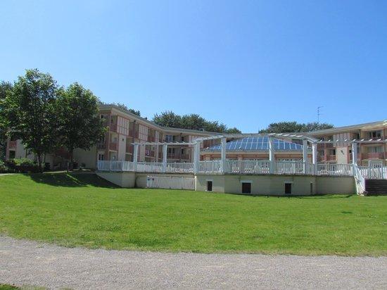 Pierre & Vacances Résidence Les Jardins de la Cote d'Opale : Parc avec air de jeu pour enfantet Tennis