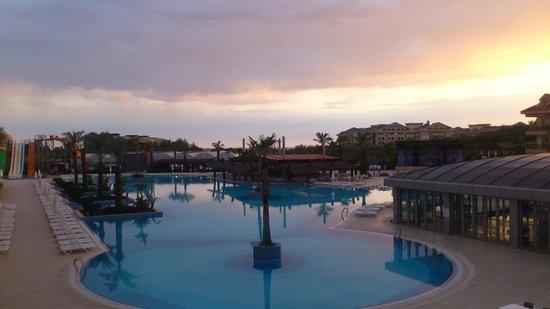 Grand Pearl Beach Resort: Kvällsutsikt från terassen
