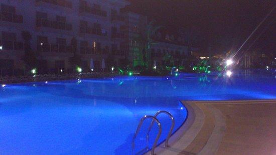 Grand Pearl Beach Resort: Poolen med kvällsbelysning