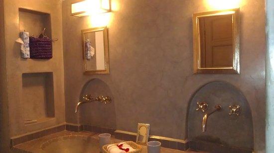 Dar Andamaure: View of sinks in bathroom