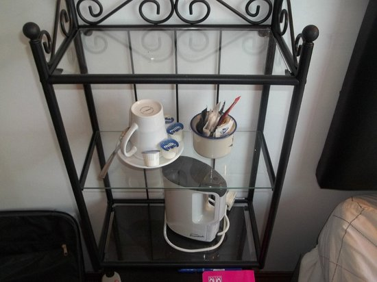 Swallow Bed & Breakfast: comodino camera