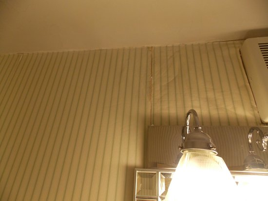 Senator Inn & Spa: Pealing waterstained walls