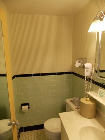 Senator Inn & Spa: Dated shabby bathroom