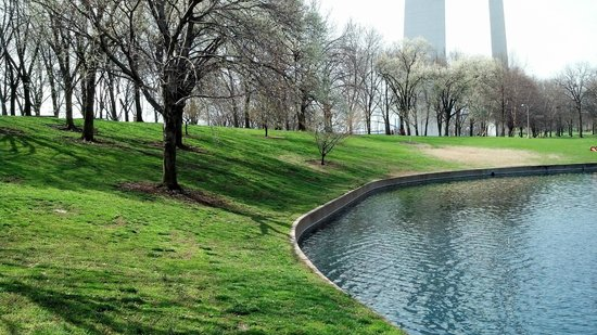 Jefferson National Expansion Memorial Park: Park grounds near the northern reflecting pond