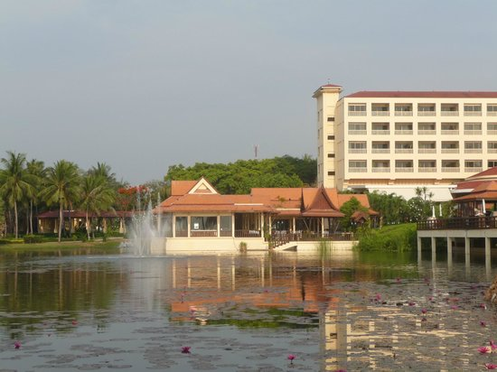 Dusit Thani Hua Hin: View back to the Hotel over Lagoon to Thai Restaurant