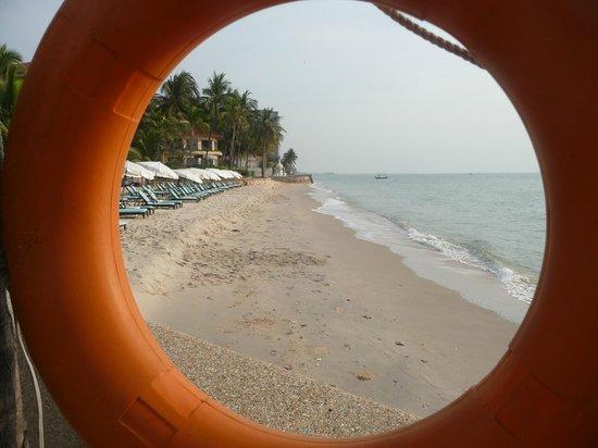 Dusit Thani Hua Hin: Beach Area in front of Resort taken through a lifebuoy