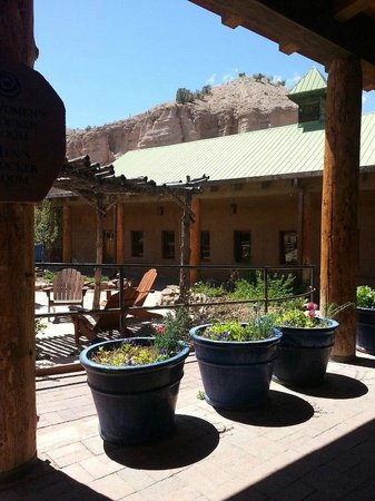 Ojo Caliente Mineral Springs Resort and Spa: Outside of the hotel lobby
