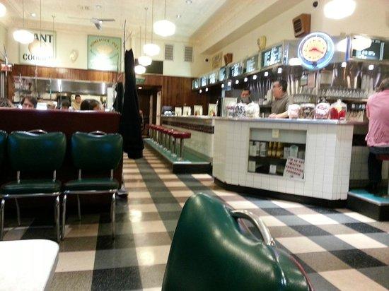 Palo Alto Creamery Fountain & Grill : Diner interior