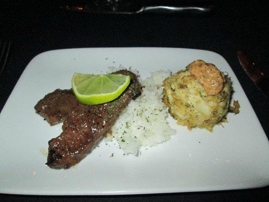 Lafayette Inn & Restaurant : surf and turf (steak and crabcake)