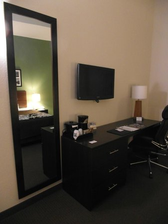 Sleep Inn & Suites Downtown Inner Harbor : View of work desk and TV
