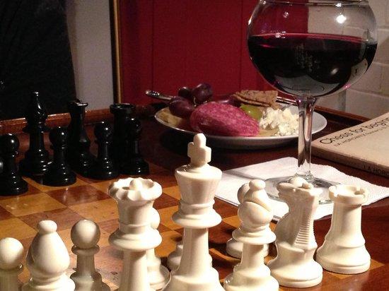 سي فيو إن: Wine and cheese and chess - works for me!