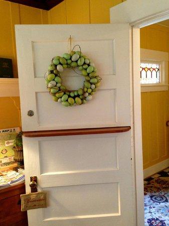 Sea View Inn : Entryway door