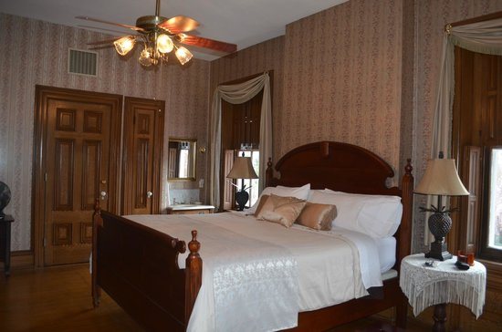 Lovelace Manor Bed and Breakfast: Our room with king bed