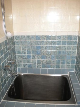 Manago Hotel: The steel soaking tub in room 315, big enough to sit in.