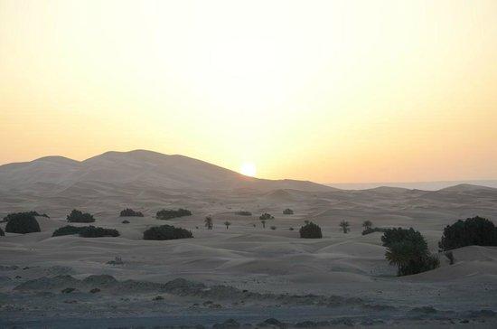 Kasbah Azalay Merzouga: Levé de soleil depuis la terrasse