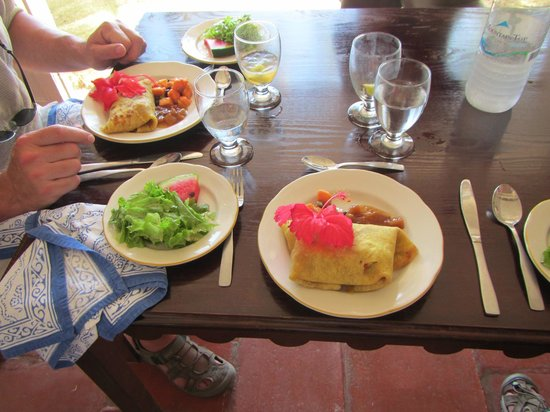 Sugar Reef Cafe: Lovely lunch presentation; roti and salad