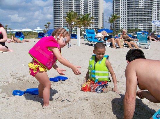 Palm Beach Shores Resort & Vacation Villas: Fun in the sand
