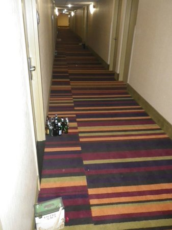 Radisson Hotel Sudbury: Bottles, pizza boxes, and garbage welcome you down the hall to your room.