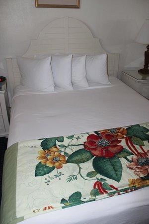 Key West Bayside Inn & Suites: comfy bed