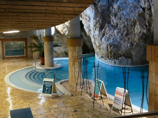 Cave Bath of Miskolctapolca: The main entrance for the pools.