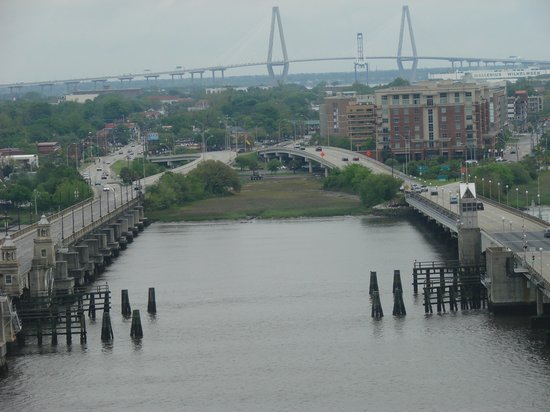 Holiday Inn Charleston Riverview: view from restaurant, cloudy day