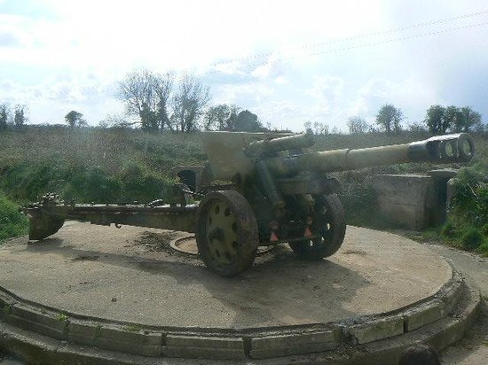 Batterie de Maisy : A large cannon on one of the Maisy Battery gun pits