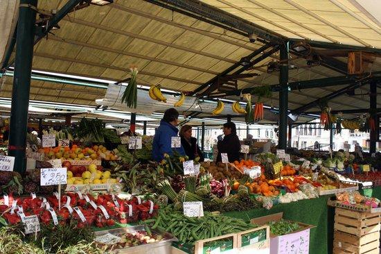 Al Ponte Antico Hotel: Pescheria, Rialto Fish Market, produce