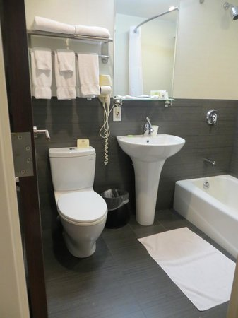 Best Western Bowery Hanbee Hotel: Good size and clean bathroom.