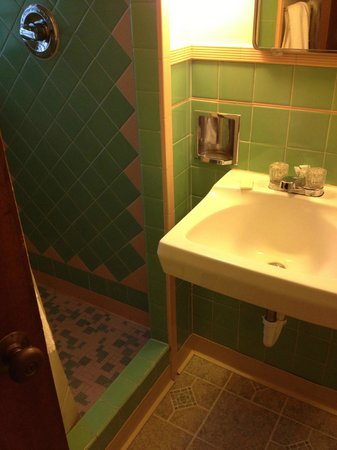 Town Chalet Motel: Love the tilework.
