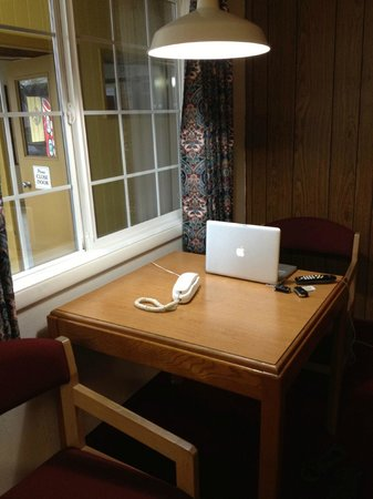 Town Chalet Motel: Small table, fast internet, nice drapes.