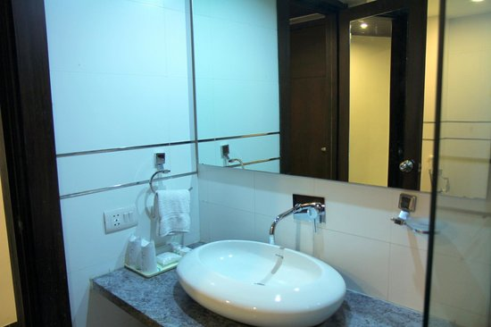 Hotel Le Roi: Modern bathroom fixtures