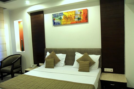 Hotel Le Roi: Room and bed