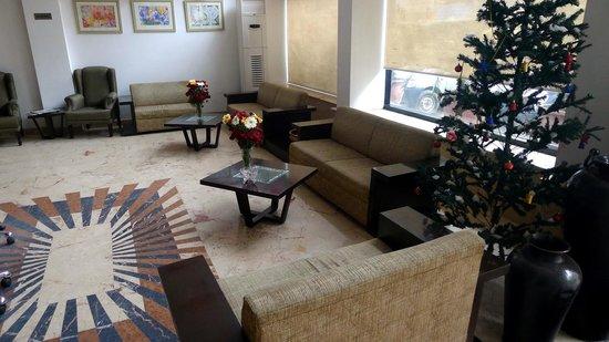 Hotel Le Roi: Large lobby area