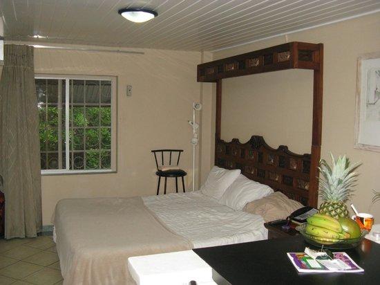 Aruba Sunset Beach Studios: King Sized Bed