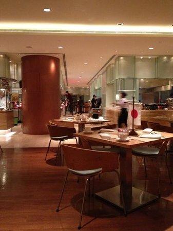 Sheraton Nha Trang Hotel and Spa: Aufräumarbeiten während das Asia Buffet noch läuft
