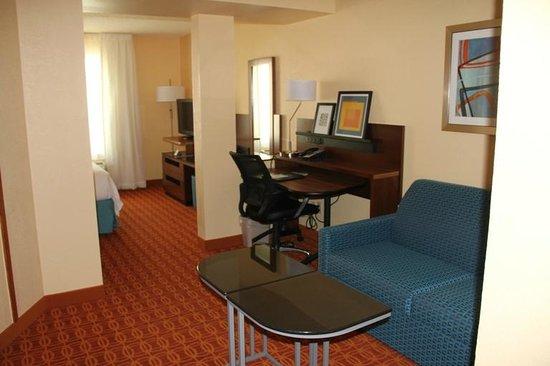 Fairfield Inn & Suites Austin South: Nice living space and work desk