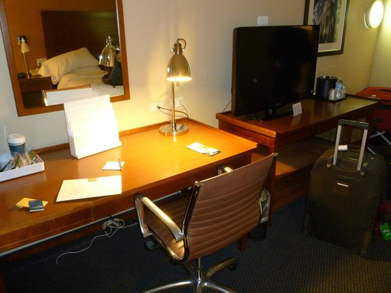 Four Points by Sheraton Chicago O'Hare Airport: Desk, TV area