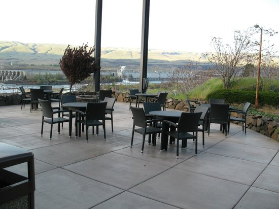 Celilo Inn: Patio and view