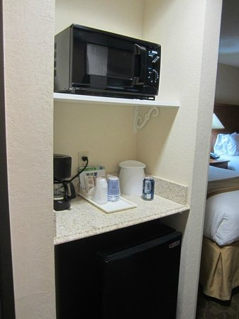 Holiday Inn Express: Frig and Microwave area
