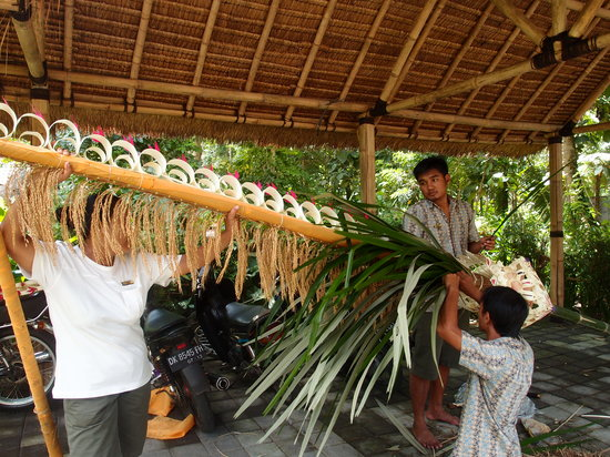 Villa Saraswati: Staff making Penjor