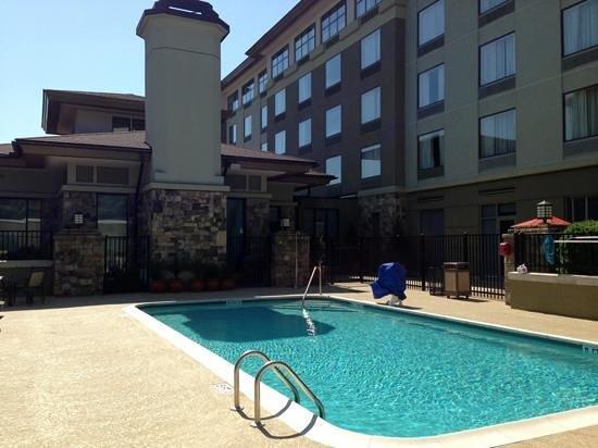 Hilton Garden Inn Atlanta NW/Wildwood: The hotel and Pool area