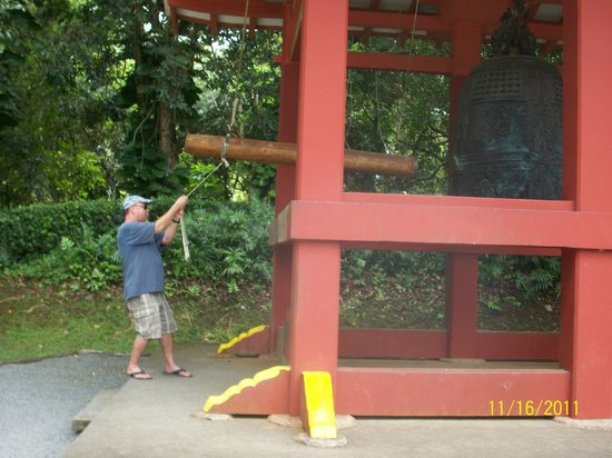 Byodo-In Temple: bang the gong