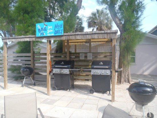 Cedar Cove Resort & Cottages: Grill area