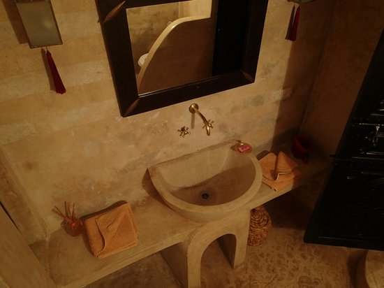 Riad Magellan Yoga: Bathroom Red Room
