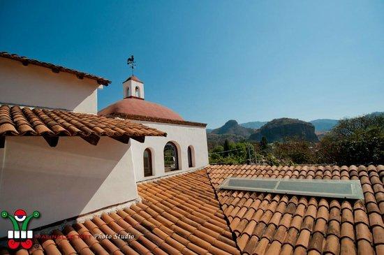 Casa de Huespedes Las Bugambilias: LAS BUGAMBILIAS - Vue de la terrasse sur la coline de l'Ascension