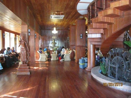 Ta Prohm Hotel: lobby
