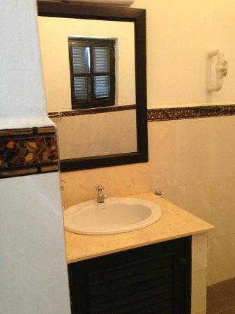 Le Leela Hotel: bathroom in room 103